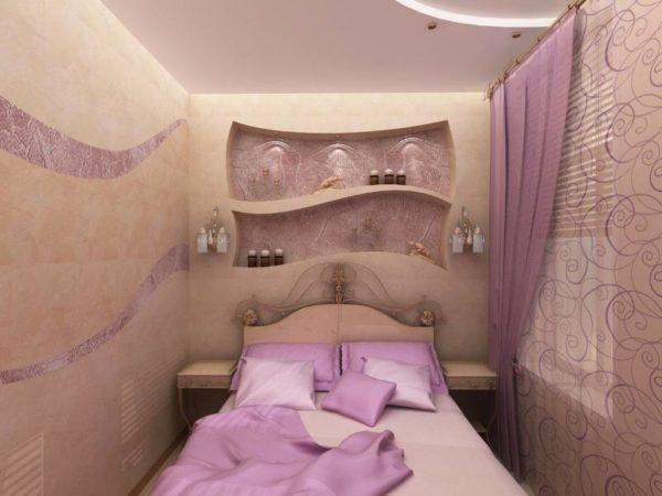 Асимметрия как способ освежить интерьер маленькой спальни.