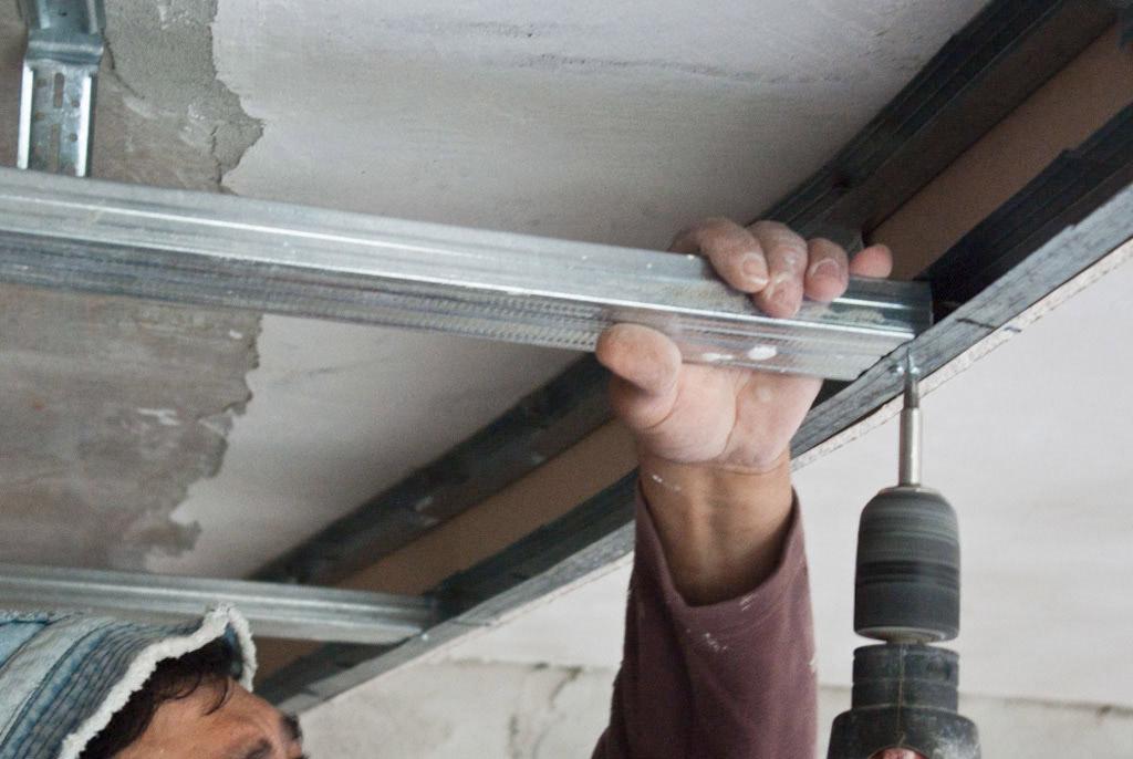 Фото как установить профиль на потолок