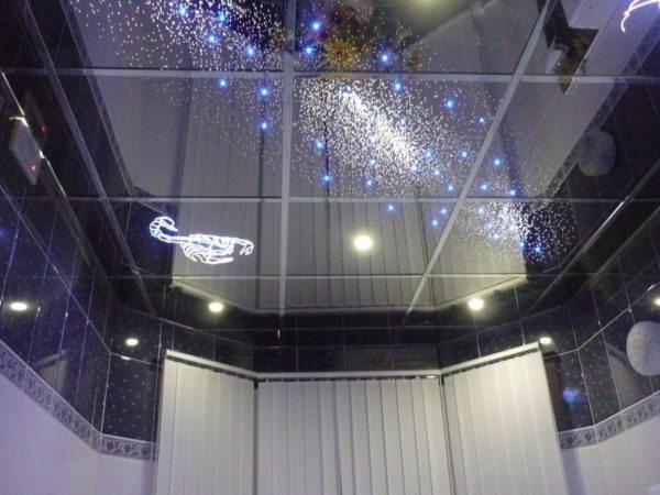 Авторский кассетный потолок с подсветкой станет изюминкой вашей квартиры.