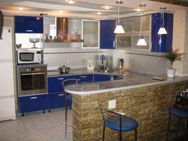 Барная стойка — популярный элемент зонирования кухни