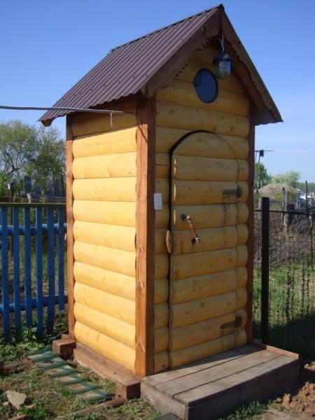 Блок-хаус выглядит привлекательно, но и стоит дороже доски