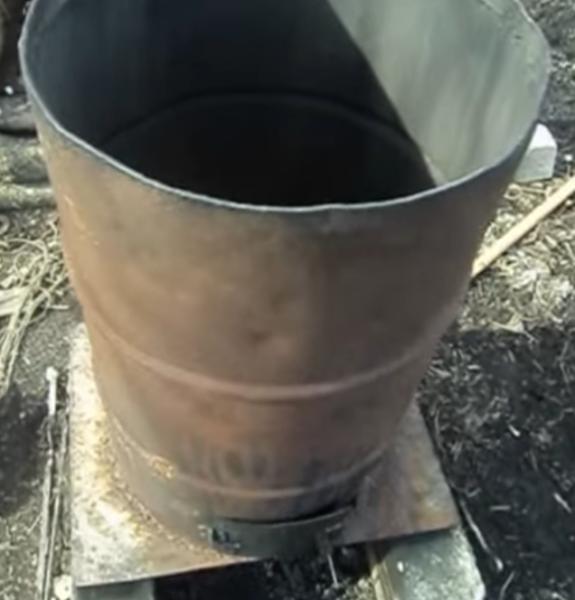 Бочка с вырезанным верхом приваренная к металлическому листу.