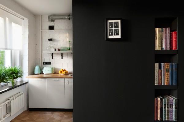 Часть кухни прячется за черной стеной