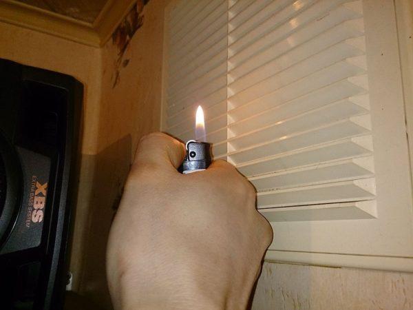 Чтобы проверить работу вентиляции, поднесите к ней спичку или зажигалку. Если язычок пламени не отклонился, вентканал нужно чистить.