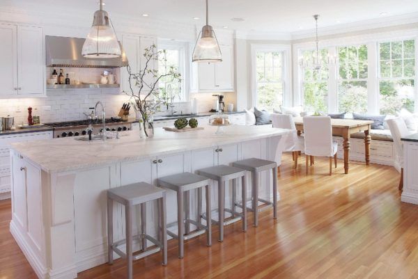 Чтобы удачно обустроить просторную кухню, нужно учесть планировку комнаты, выбрать стиль и качественные отделочные материалы.
