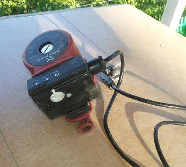 Чтобы включить насос в сеть, нужно просто вставить вилку в розетку