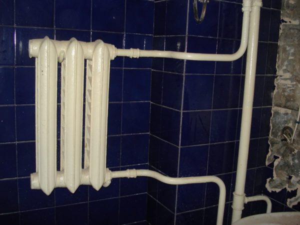 Чугунный радиатор вместо полотенцесушителя часто встречается в домах старой постройки.