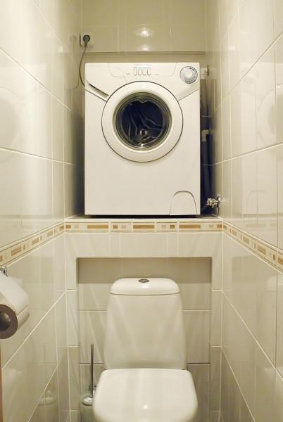 Данный вариант позволяет разместить стиральную машинку в тесном санузле