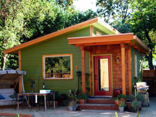 Даже маленький, но при этом симпатичный и функциональный домик сможет превратить каждый приезд на дачу в настоящий праздник