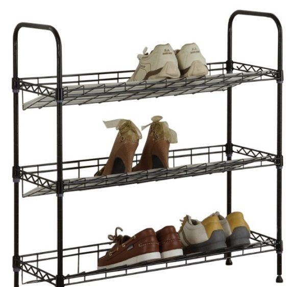Даже новые красивые кроссовки могут выглядеть неуместно в вашей прихожей на верхней полке открытой обувницы, не говоря уже о том, если туда попадут старенькие потёртые мокасины