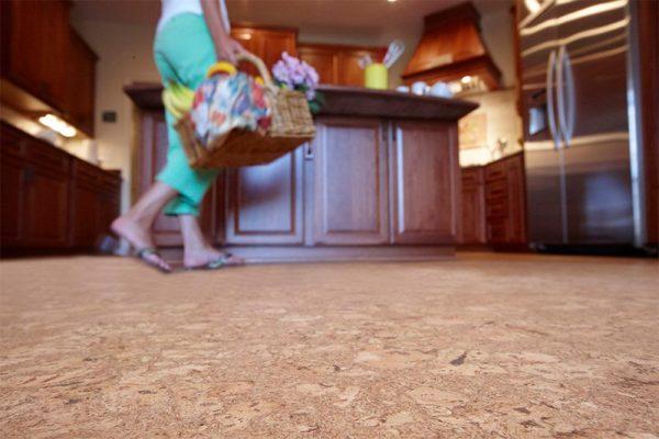 Даже обувь с толстой тяжёлой подошвой не сможет выдавить громких звуков во время ходьбы по пробковому покрытию