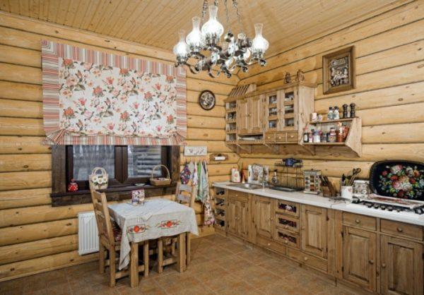 Деревянная отделка стен и деревянная мебель в деревенских стилях не покрываются лаком.