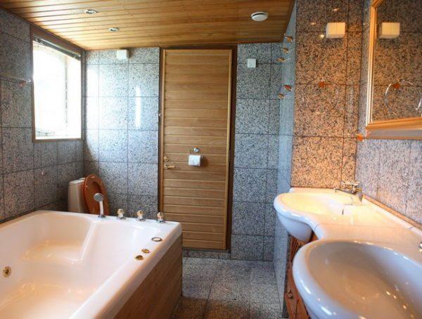 Деревянный потолок в ванной должен быть обработан защитным составом