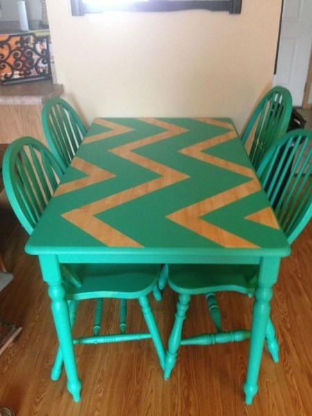 Деревянный стол на этом фото украшен зигзагами