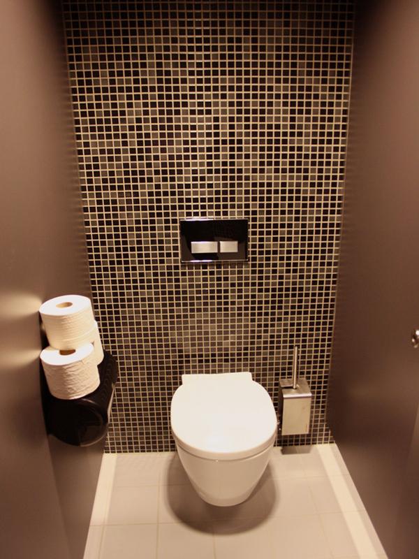 поклейка обоев в туалете фото