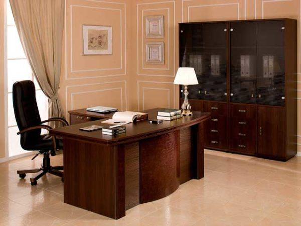 Дизайн интерьера кабинета руководителя не должен быть перегружен полученными наградами, дипломами и свидетельствами иных достижений