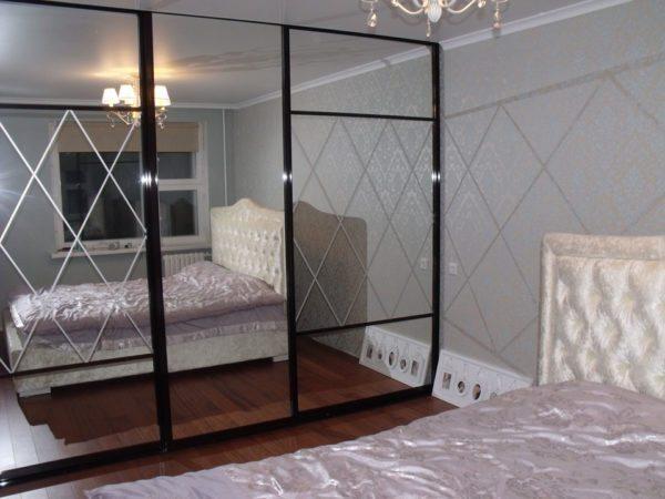 Для гардеробных идеальным решением будет установка зеркальных панелей
