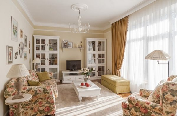 Для гостиной использованы теплые оттенки песочного и терракотового, отлично сочетающиеся с белой мебелью и цветочной обивкой