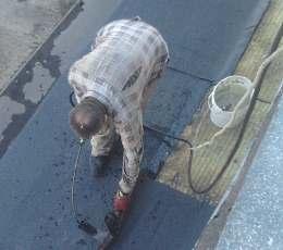 Для лучшего склеивания стыки можно подогревать газовой горелкой