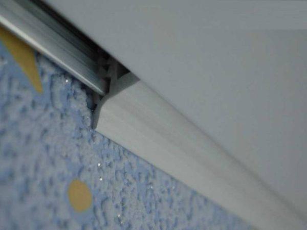 Для монтажа натяжного полотка используются специальные профили