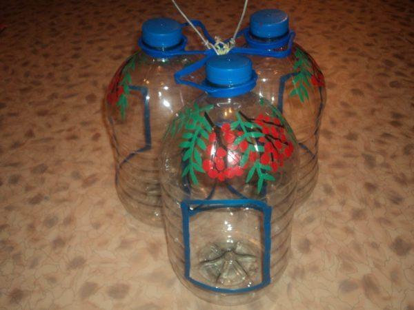 Для создания кормушек можно использовать бутылки разного размера, вполне подойдут даже пятилитровые канистры