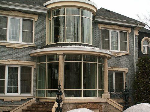 Дом с круглым двухэтажным эркером на фото
