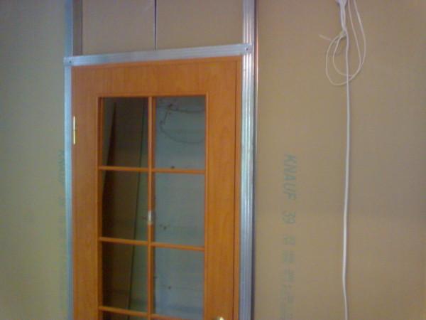 Дверь в гипсокартонную перегородку устанавливают при помощи усиленного каркаса.