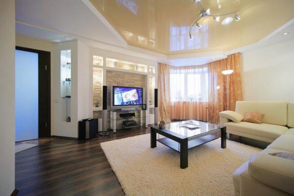 Двухъярусный потолок из натяжного полотна – это лучшее решение для зала.