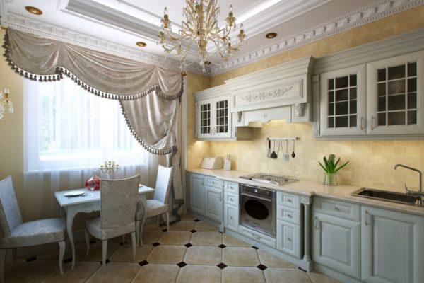 Эффектная штора на фоне многоуровневого потолка с хрустальной люстрой подчеркивает классический стиль в интерьере.