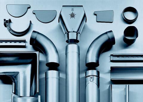 Элементы металлической водосточной системы для кровли.