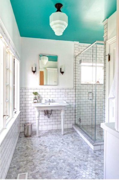 Еще один вариант цветного окрашенного потолка