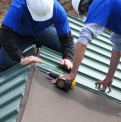 Если крыша двухскатная, то после крепления основного покрытия необходимо крепить коньковые элементы
