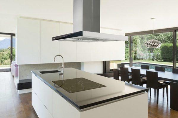 Если кухня внушительных размеров, можно в центре комнаты установить рабочую зону в виде острова. Цена такой перепланировки будет немаленькой.