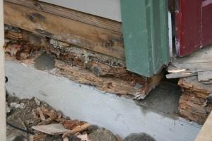 Если нижний венец сгнил, то лучше делать отверстия прямо в нем, чтобы конструкция опиралась на прочные бревна