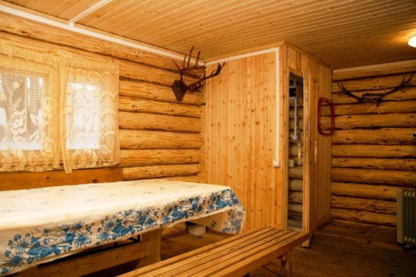 Если помещение сложено из бревен, то можно обойтись без обшивки