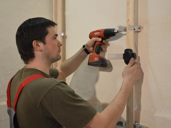 Если стены неровные, то на подвесы можно выставлять и деревянный каркас, это позволит сделать его жестким и компенсировать все изъяны поверхности