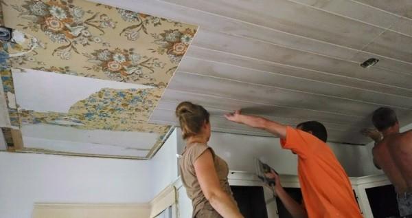 Если в качестве основания выступает подвесной потолок, то крепить панели можно без каркаса. Но я бы все-таки перестраховался