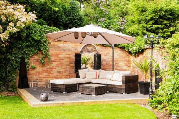 Если внутренний дворик на даче частично затенить, то на нём с одинаковым комфортом смогут отдыхать как любители солнца, так и любители тени