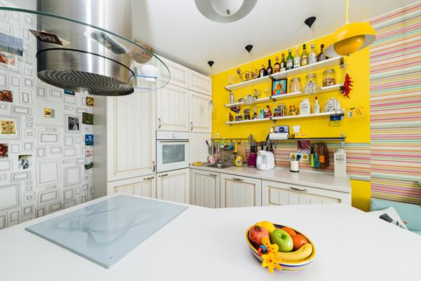 Если вы не находите места для приятных сердцу мелочей на кухне, оставьте парочку открытых полок, которые выполнят утилитарную и декоративную функцию
