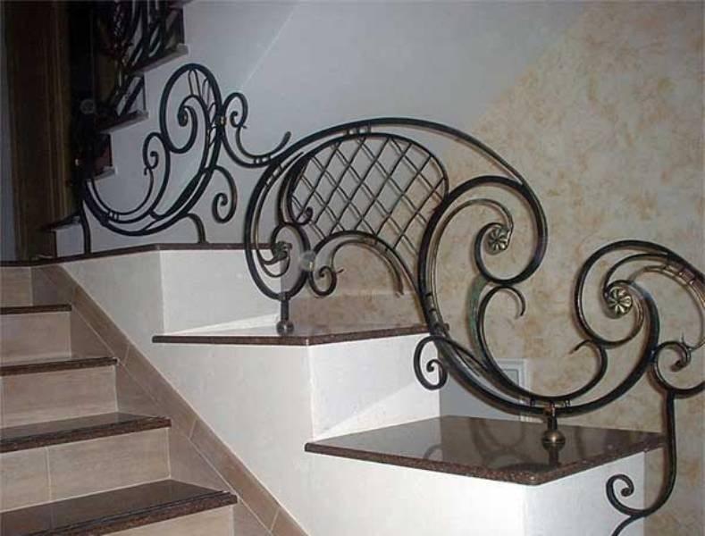 Эти кованые перила для лестниц оригинальны, но неудобны