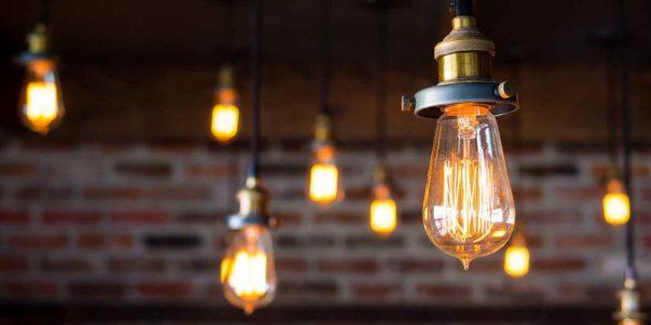 Фаворит среди оригинальных светильников для лофта – лампа Эдисона, которую для антуража можно использовать даже без плафона