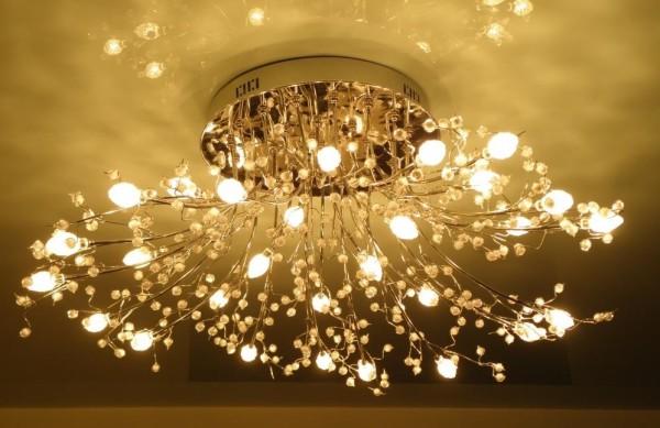 Фото живописной люстры на натяжном потолке
