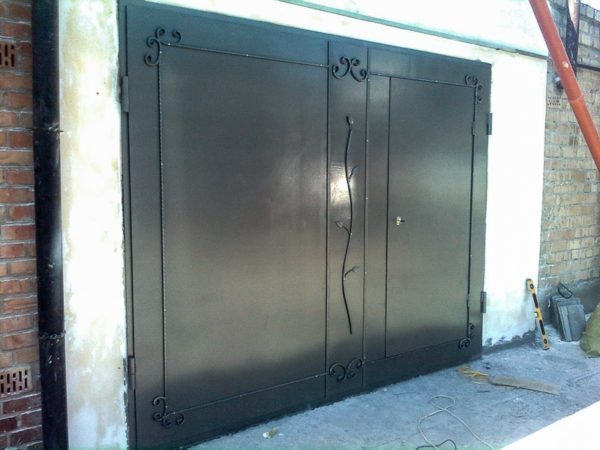 Гаражные распашные ворота — наиболее надежный и проверенный временем вариант.