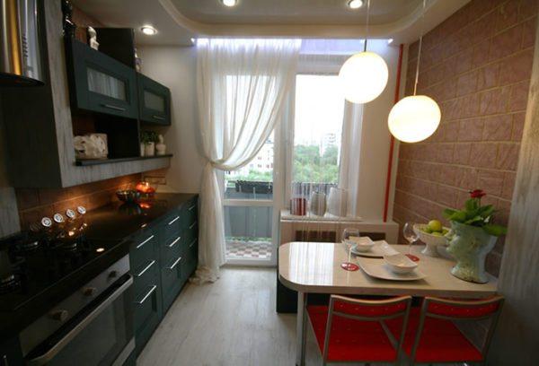 Гардина или тюль не должны препятствовать проникновению света в кухню и выходу на балкон