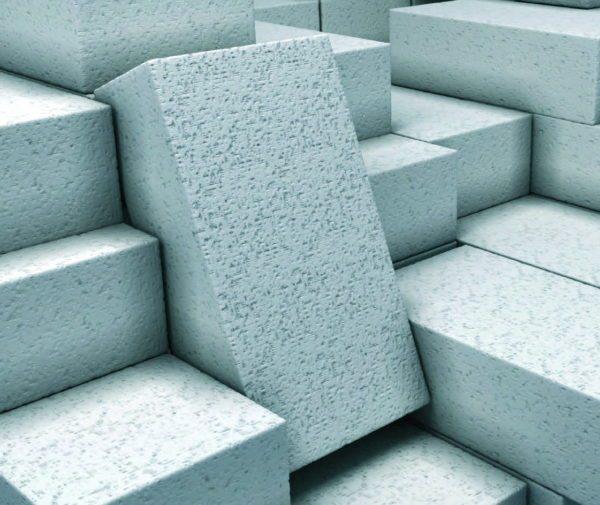 Газобетон благодаря наличию большого количества пузырьков воздуха в своей структуре намного легче, теплее и дешевле обычного бетона или кирпича