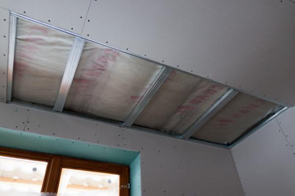 Гипсокартонные конструкции в гостиной требуют особой аккуратности на стыках – в углах помещения