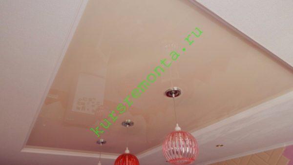 Глянцевое полотно сделало комнату выше зрительно, однако ее реальная высота уменьшилась.