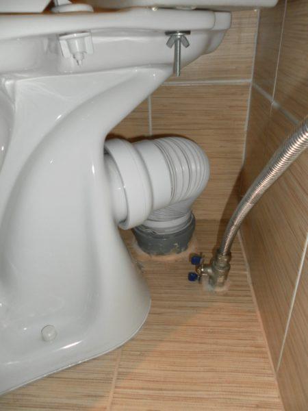Гофра позволяет развернуть выпуск унитаза под произвольным углом к раструбу канализации.