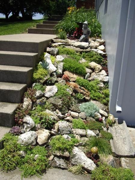 Горный склон вдоль лестницы
