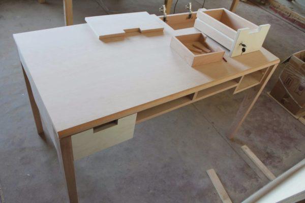 Грунтовка деталей стола.